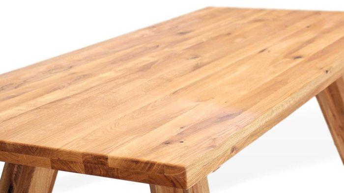 massivholztisch der sehr rustikal und stabil ist