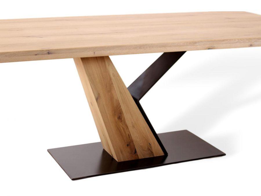 Besonderer Designertisch aus Massivholz und Metall für Esszimmer