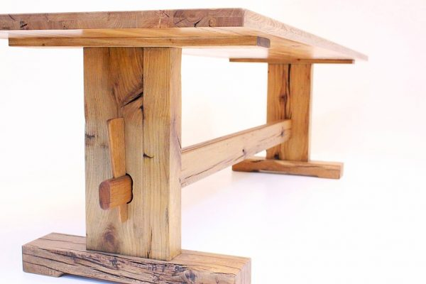 traditioneller großer esstisch aus massivholz