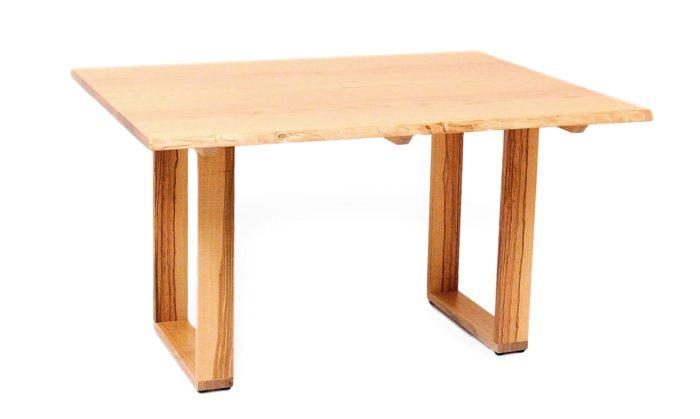Eleganter baumtisch aus massivholz