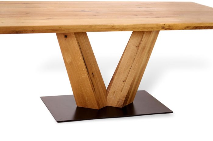 Besonderer Massivholztisch aus Eiche mit Metallplatte