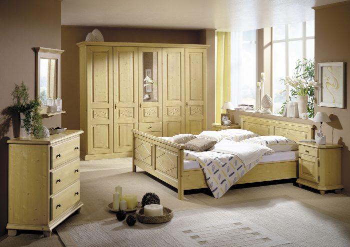 Schlafzimmer aus Fichtenholz Massivholz im Landhausstil, naturbelassen