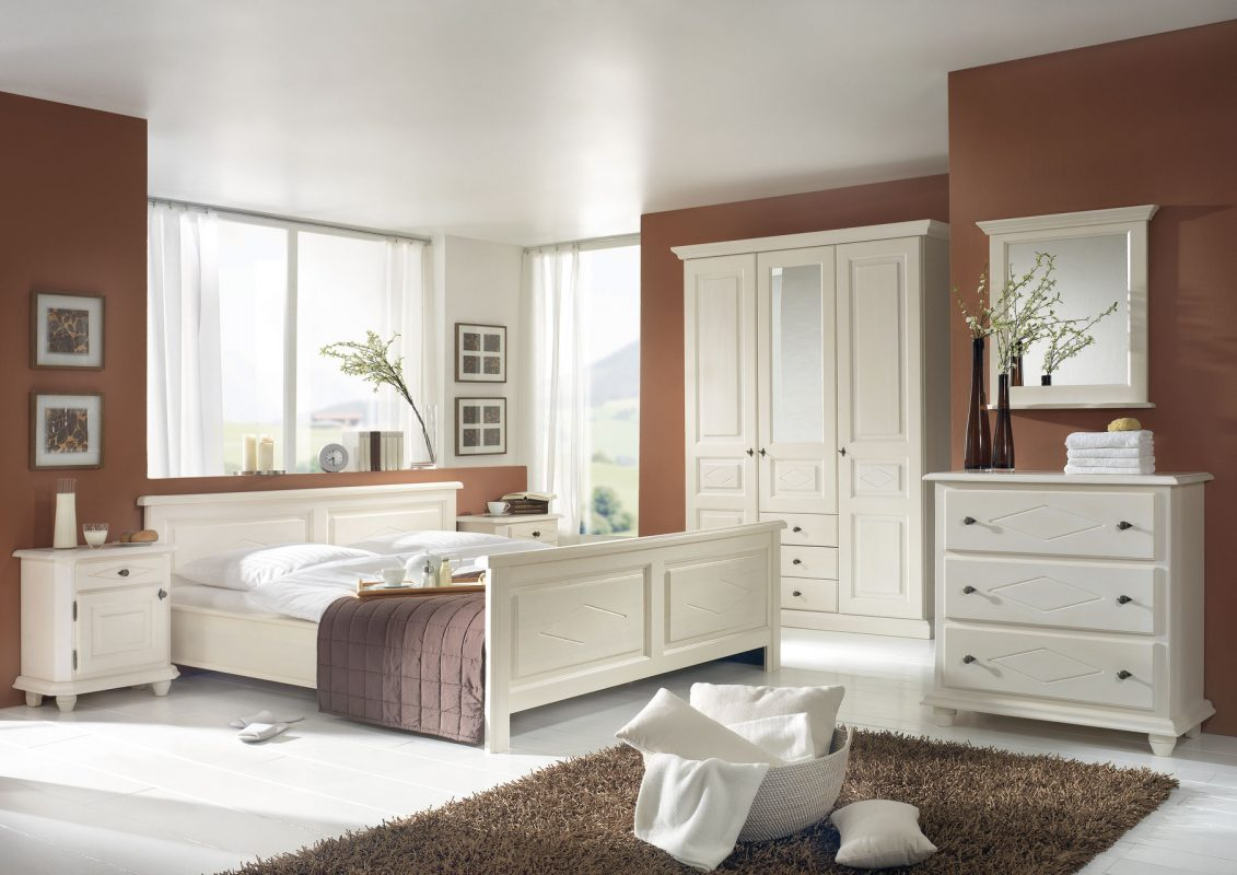 Traumhaftes Schlafzimmer im Landhausstil aus fichte