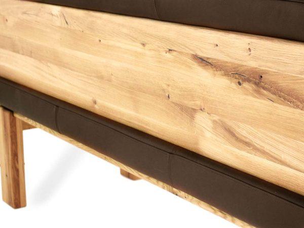 elegante sitzbank aus massivholz und echteder mit schlanken linien