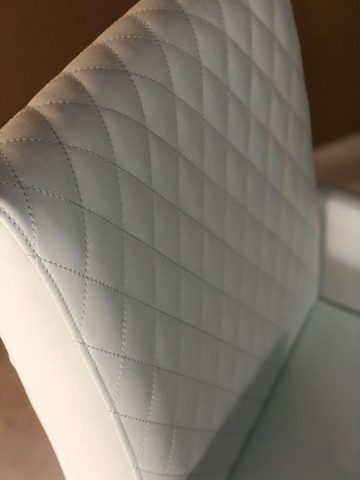 besonderer Esszimmerstuhl aus echtleder und Massivholz mit Ziernaht