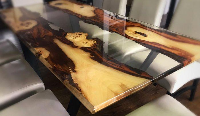 Tisch aus Epoxidharz und Massivholz