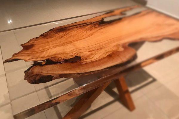 rechteckiger tisch aus epoxidharz und walnuss