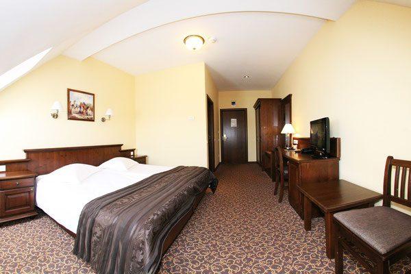 schlafzimmer hotel massivholz