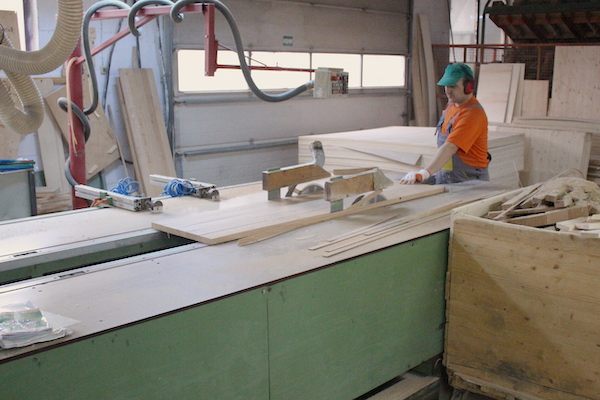 Unsere Arbeiter beim Zuschnitt von Massivholz für exklusive Möbel