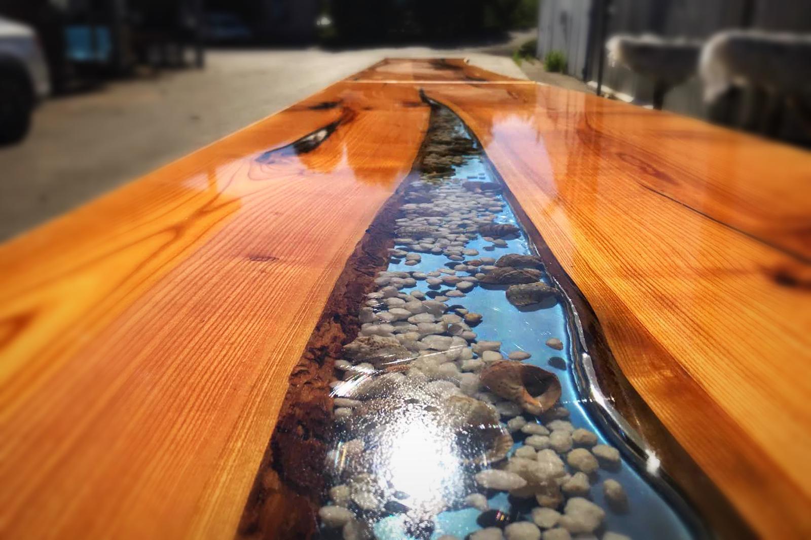 Tisch aus epoxidharz mit steinen