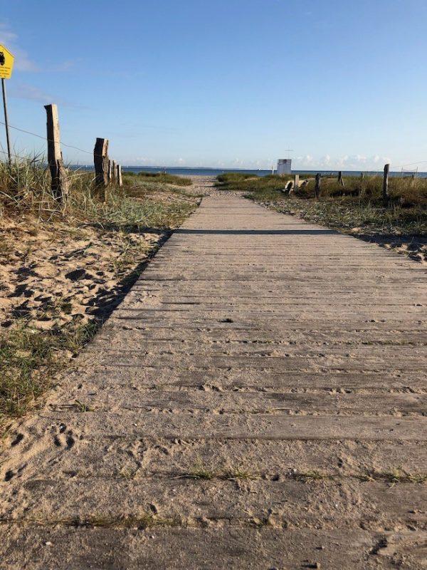 Massivholzmöbel am Strand der Ostsee
