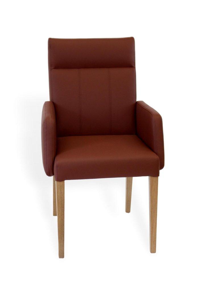 Bequemer Stuhl mit braumen leder und armlehne